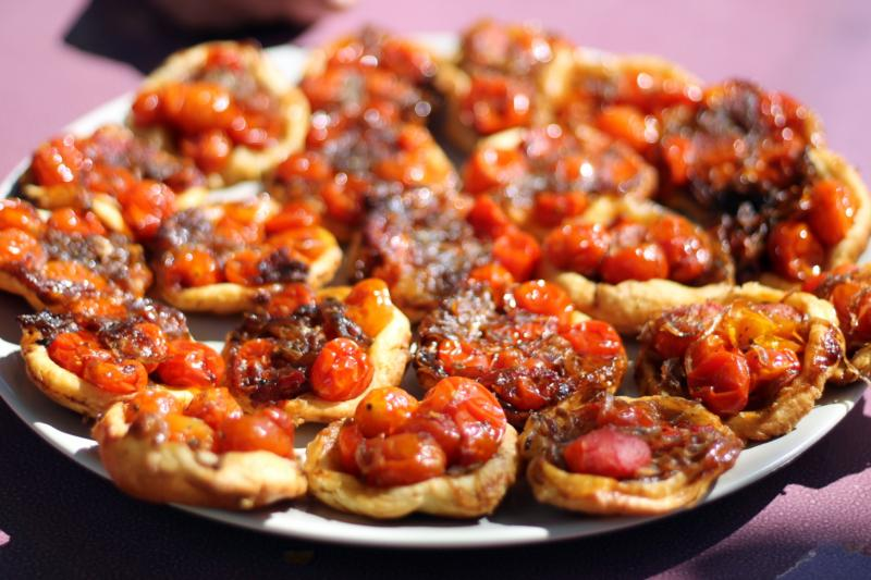 Tomatoes and grilled breads paired with Château Thuerry wines